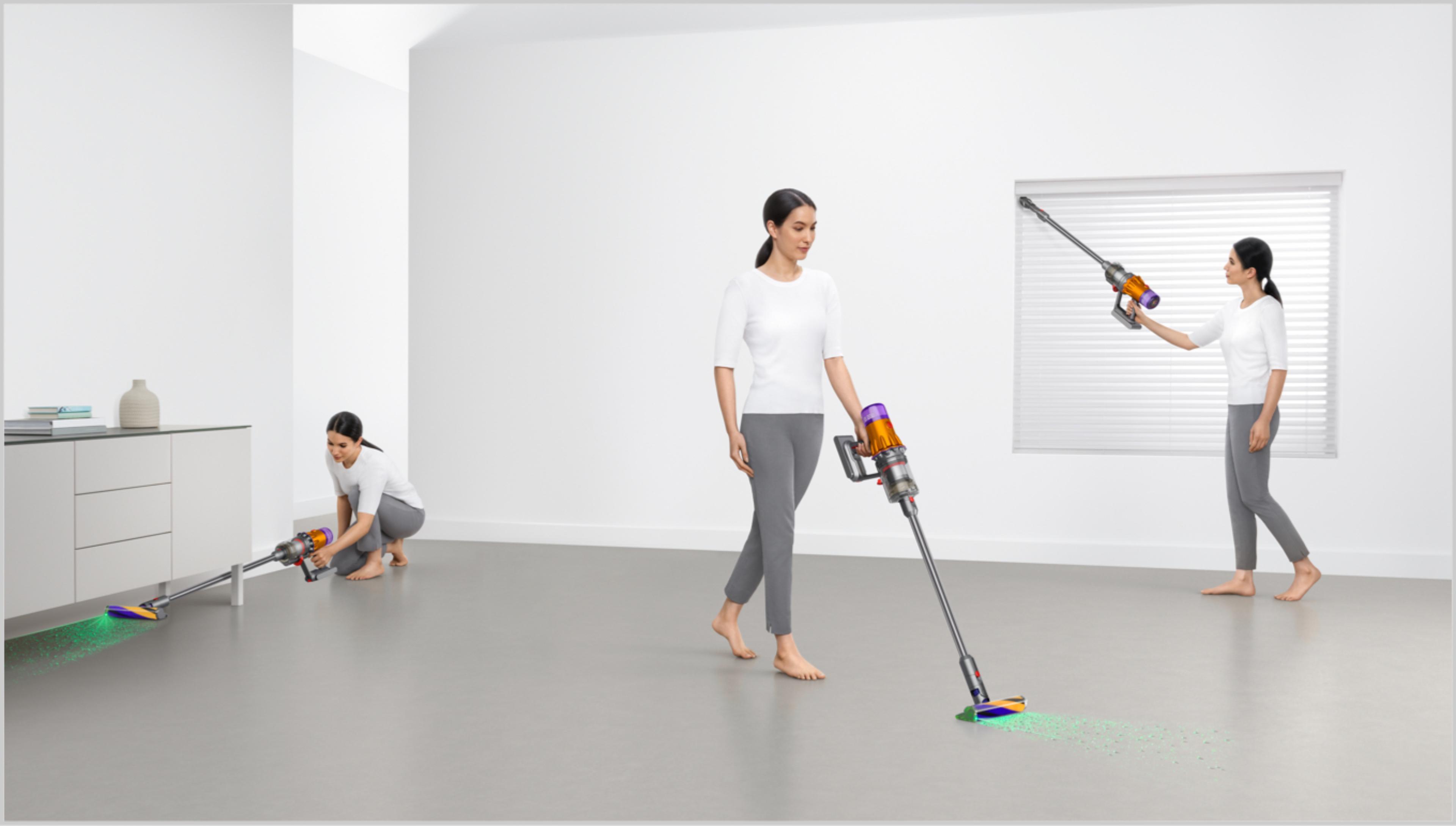 Kobieta sprząta różne miejscach w domu