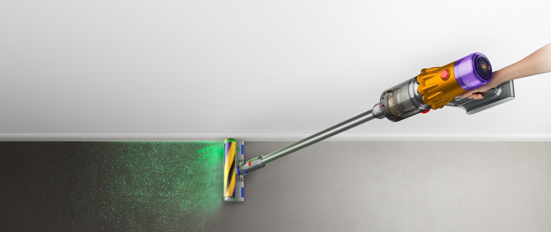 다이슨 V12 디텍트 슬림 무선 청소기를 쥐고 있는 손의 확대 이미지