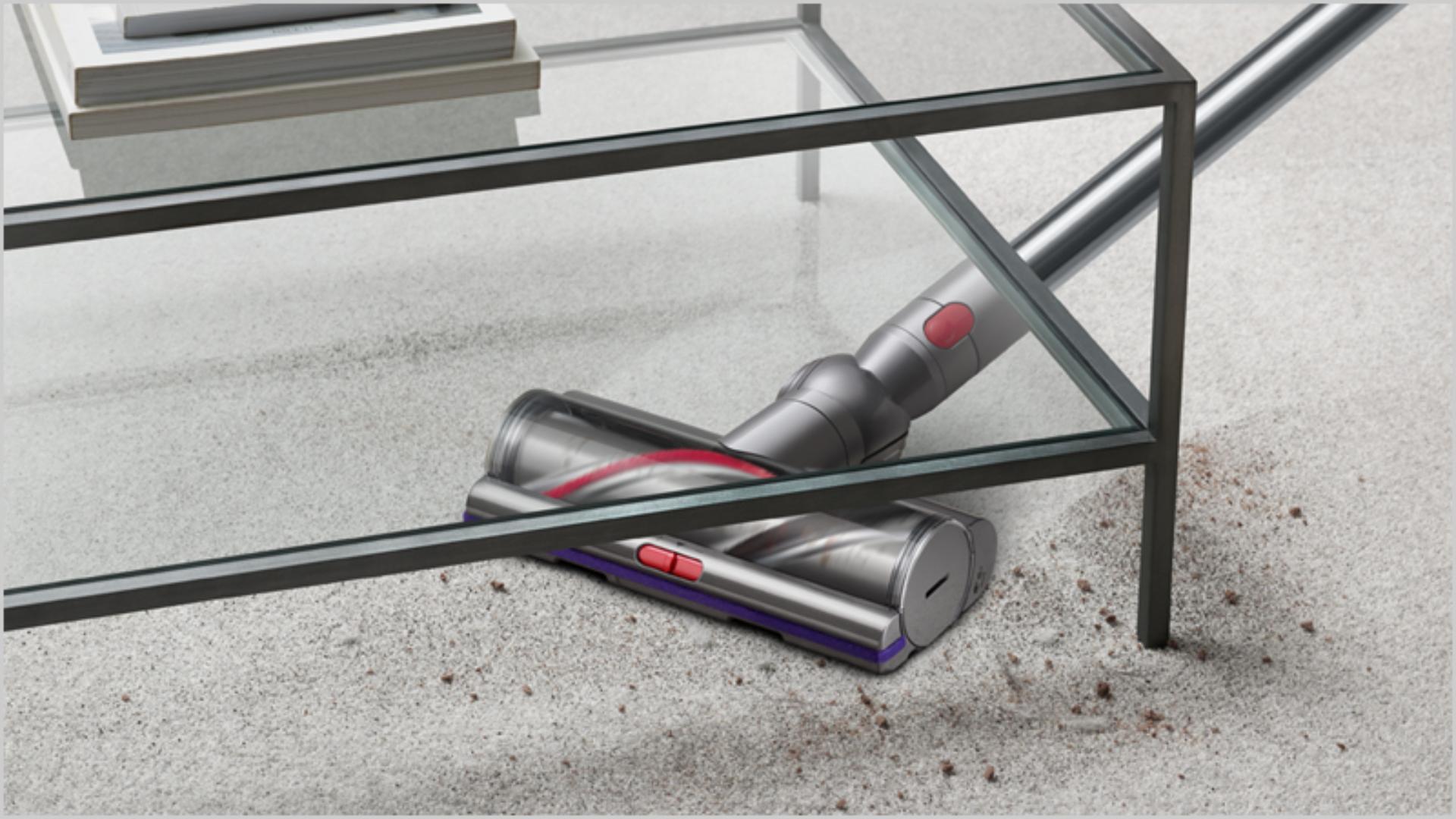 바닥을 청소하는 다이슨 V15 디텍트 무선 청소기