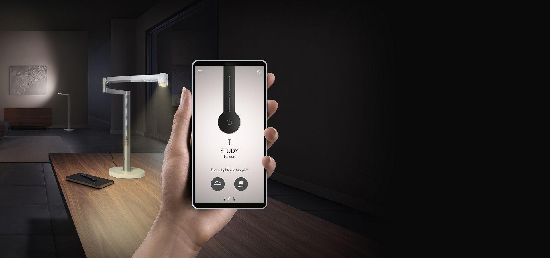 Dyson Link uygulamasını gösteren bir cep telefonunu tutan el