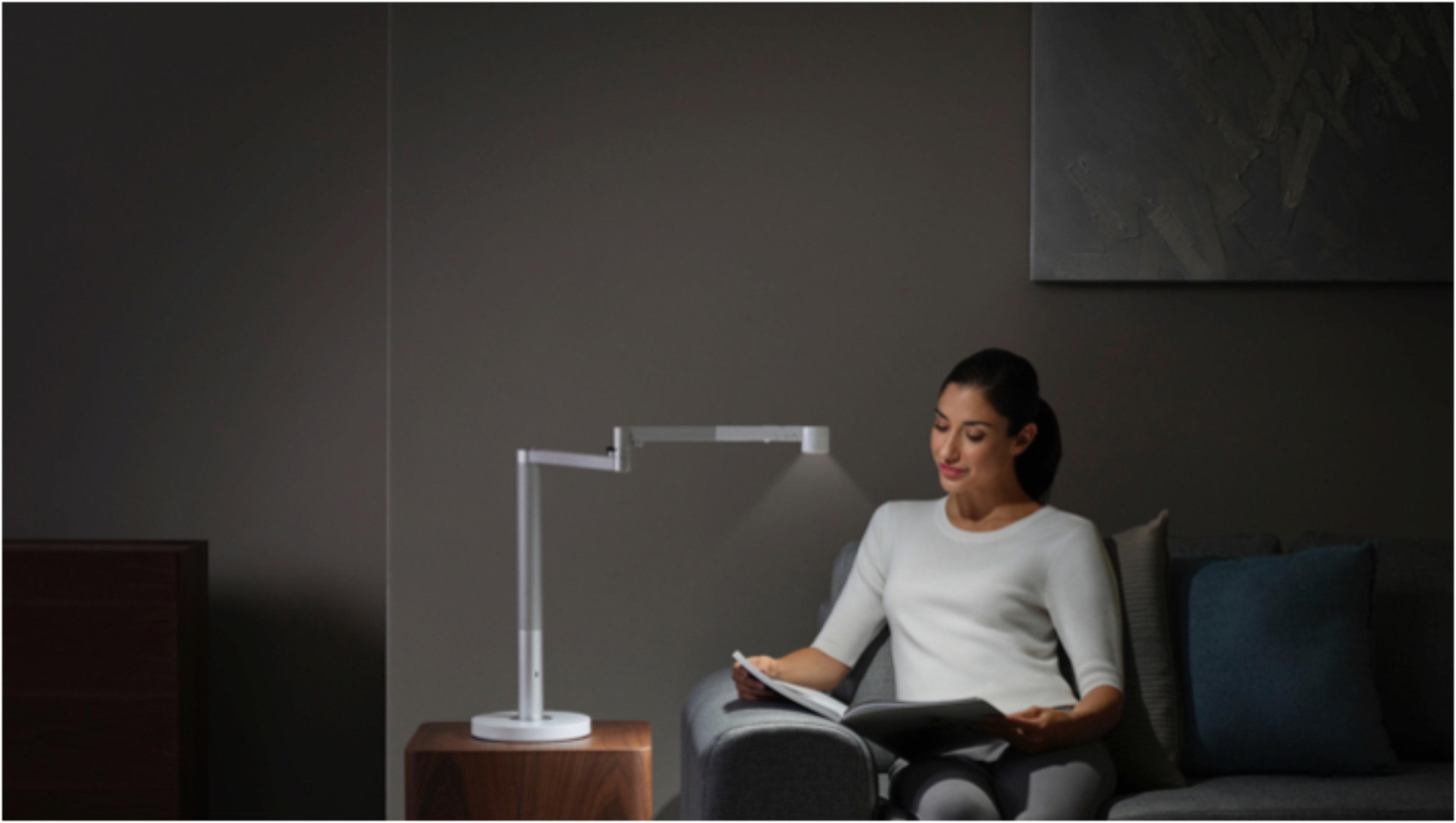 在Dyson Lightcycle Morph燈具工作光狀態下工作的女士