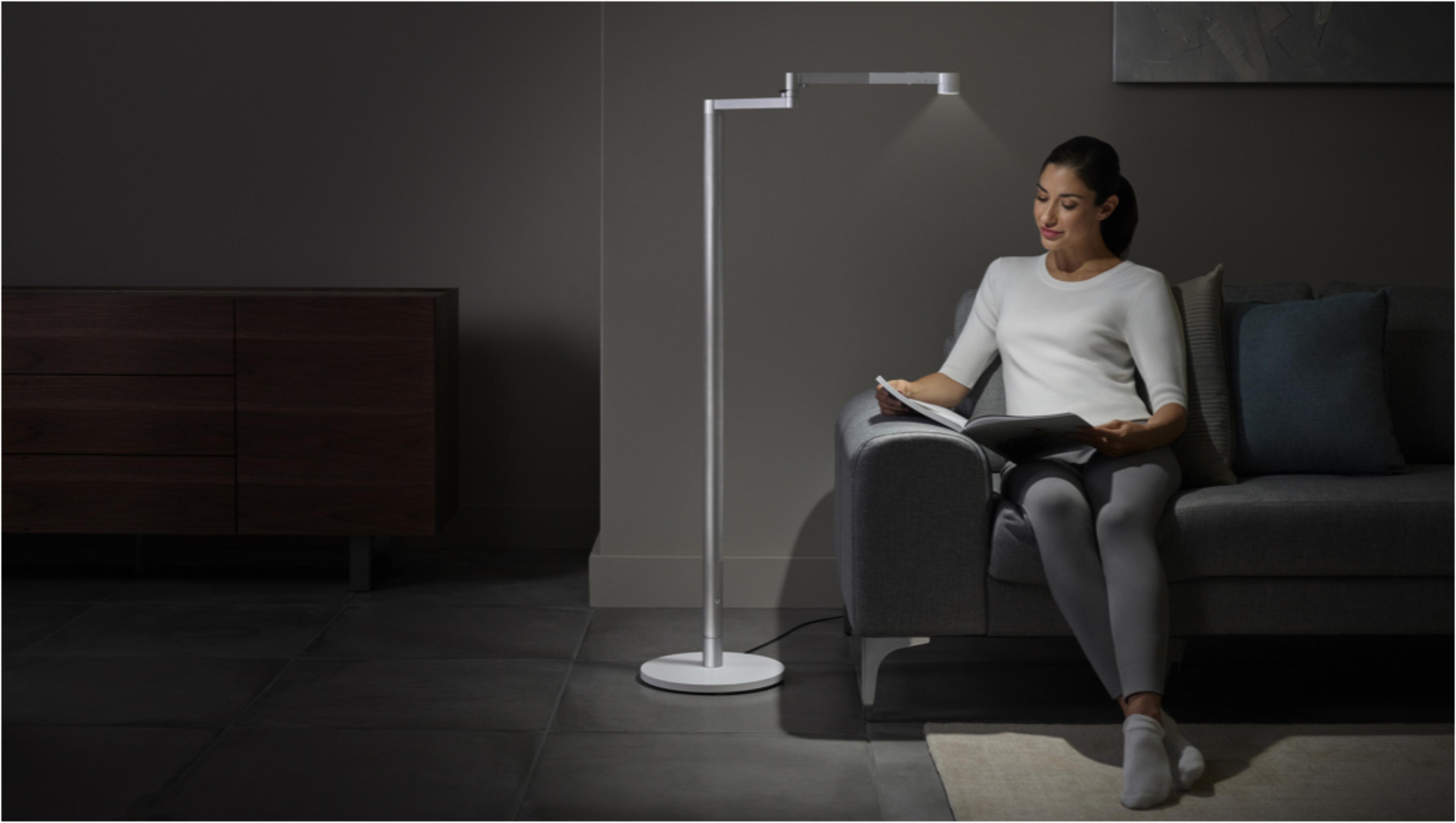 ผู้หญิงกำลังทำงานใต้แสงไฟแบบ Task จากโคมไฟ Dyson Lightcycle Morph