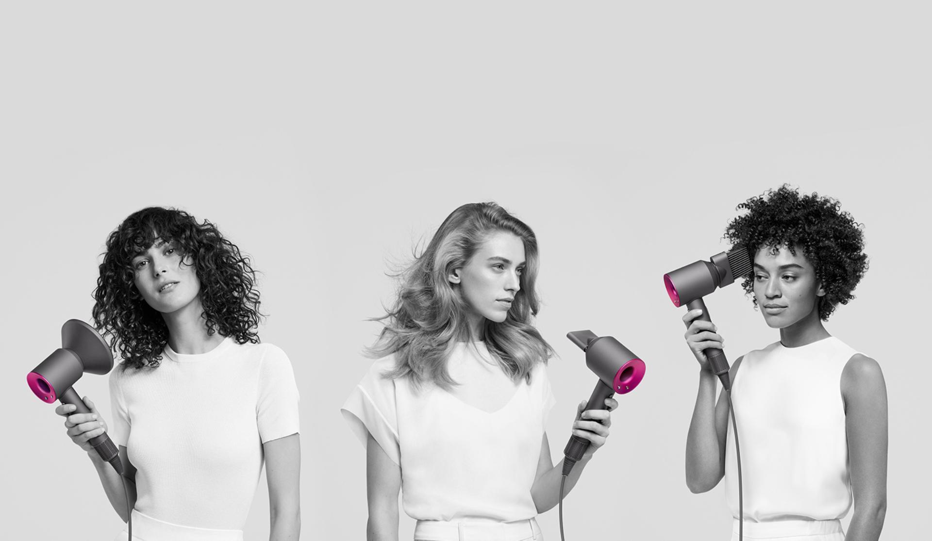 Trzy kobiety używające suszarek Dyson Supersonic