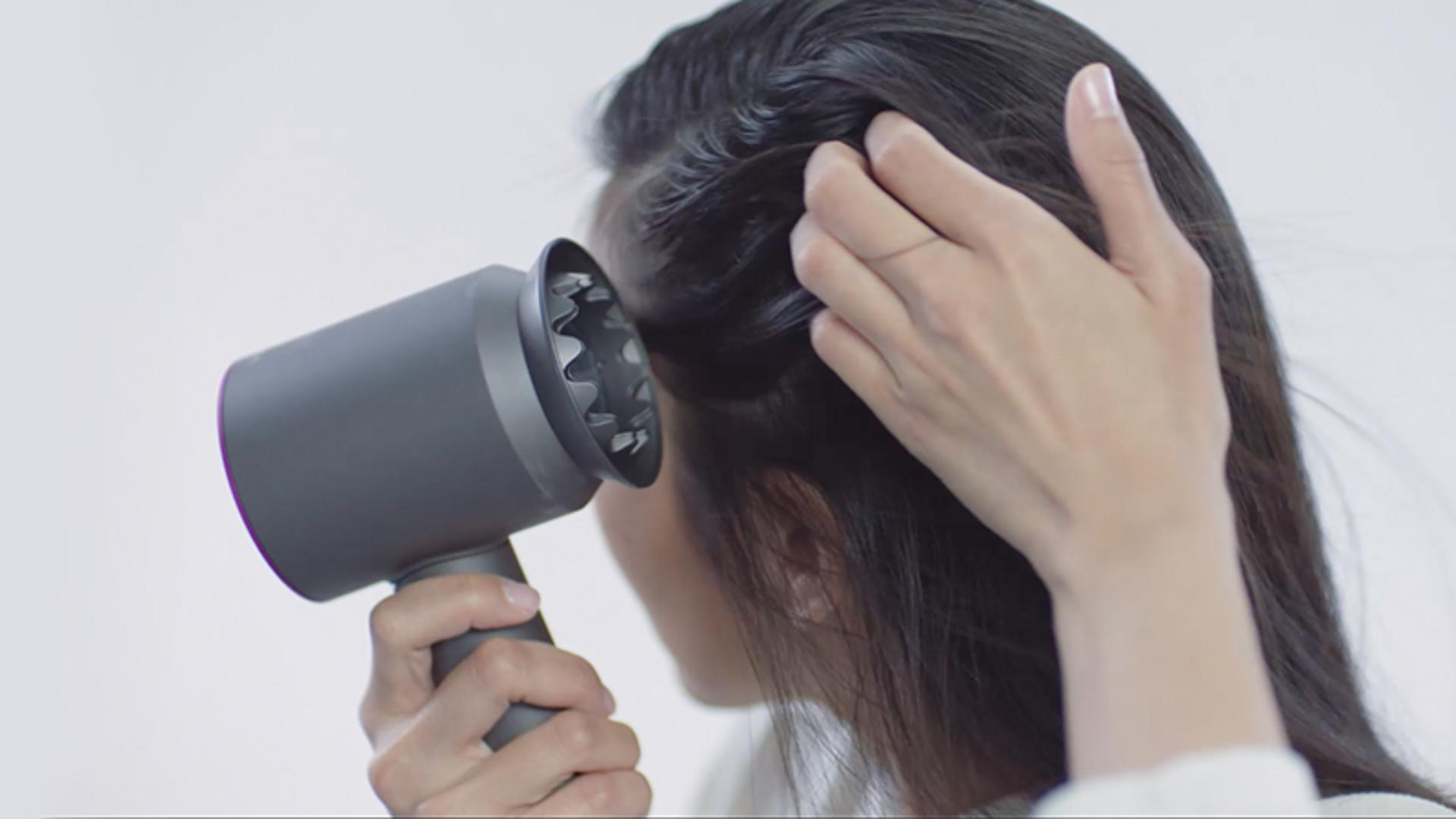 Video about how to use the Dyson Supersonic™ hair dryer Gentle air attachment