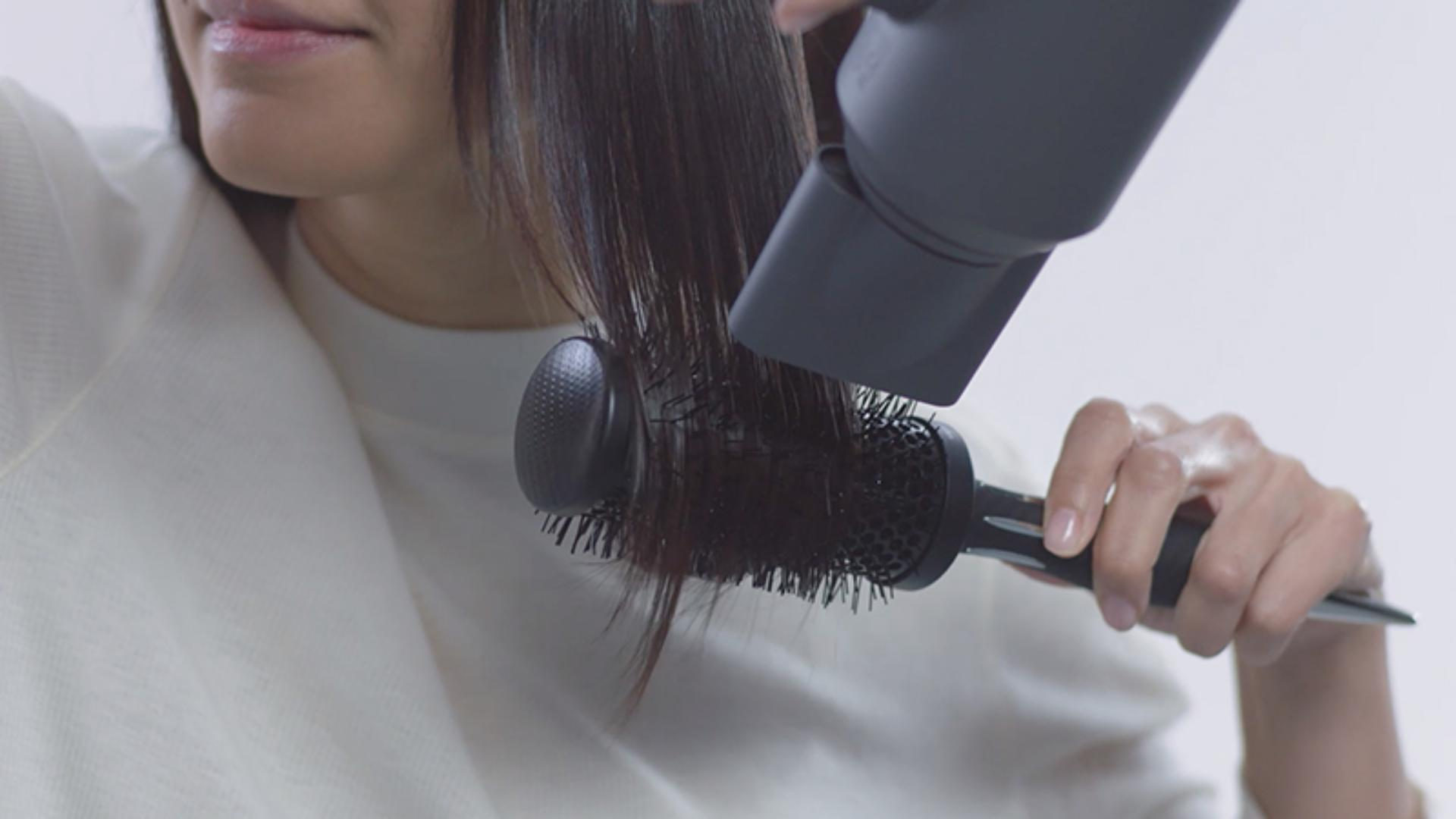 Video about how to use the Dyson Supersonic™ hair dryer Smoothing nozzle