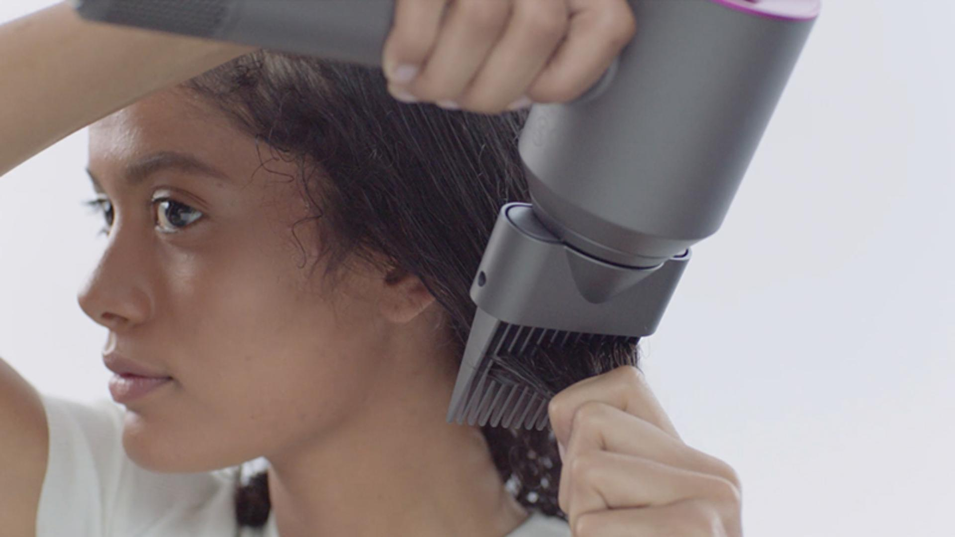 Video about how to use the Dyson Supersonic™ hair dryer Wide-tooth comb attachment
