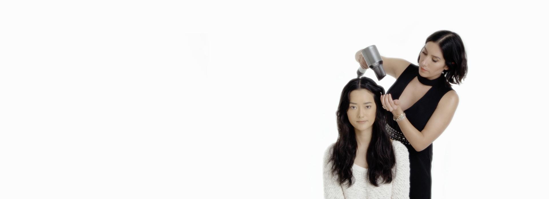 다이슨 슈퍼소닉 프로페셔널로 모델의 헤어를 스타일링 중인 젠 아킨(Jen Atkin)