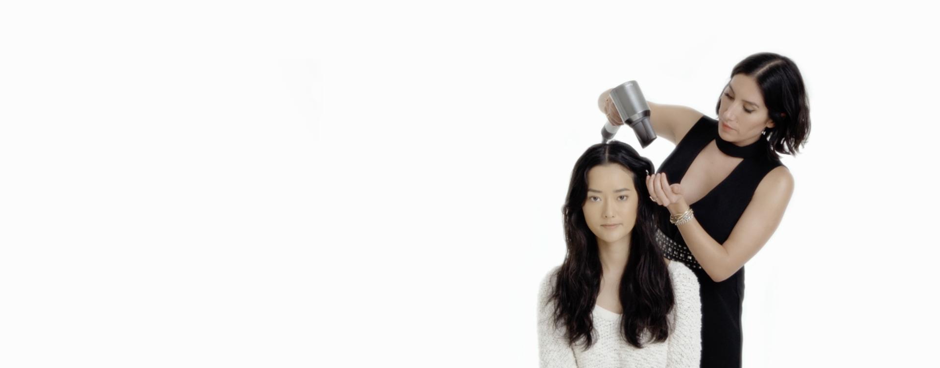다이슨 슈퍼소닉™ 헤어드라이어 프로페셔널 에디션으로 모델을 스타일링 중인 젠 아킨(Jen Atkin)