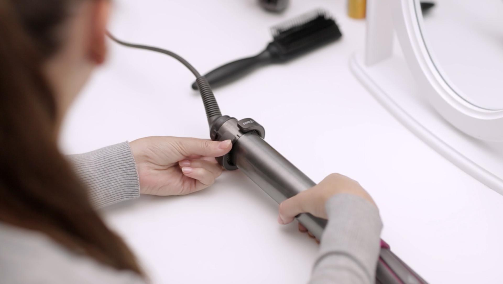 Dyson Airwrap™ saç şekillendirici filtresinin nasıl temizleneceğini gösteren video