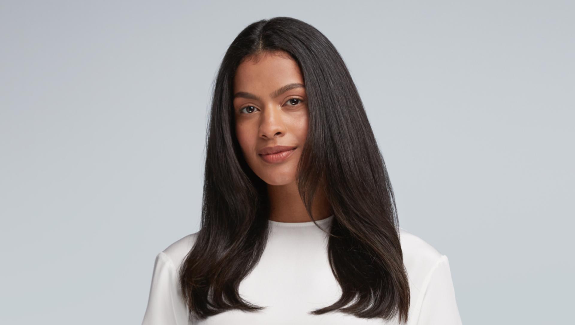 Saçın kökünden ucuna kadar pürüzsüz, şık bir saç şeklinin nasıl oluşturulacağını gösteren video.