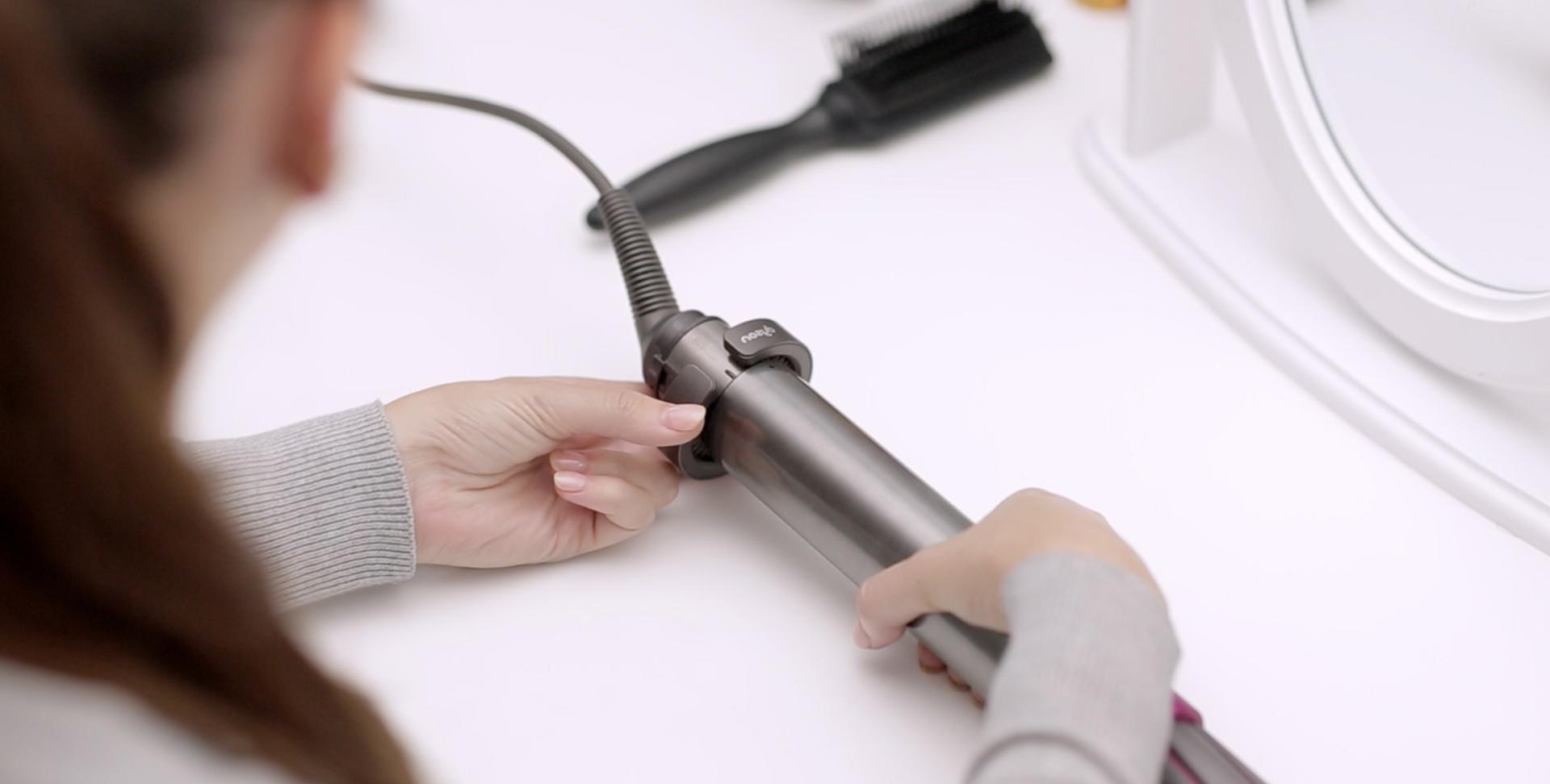 Videoclip demonstrând curățarea filtrului aparatului de coafat Airwrap™
