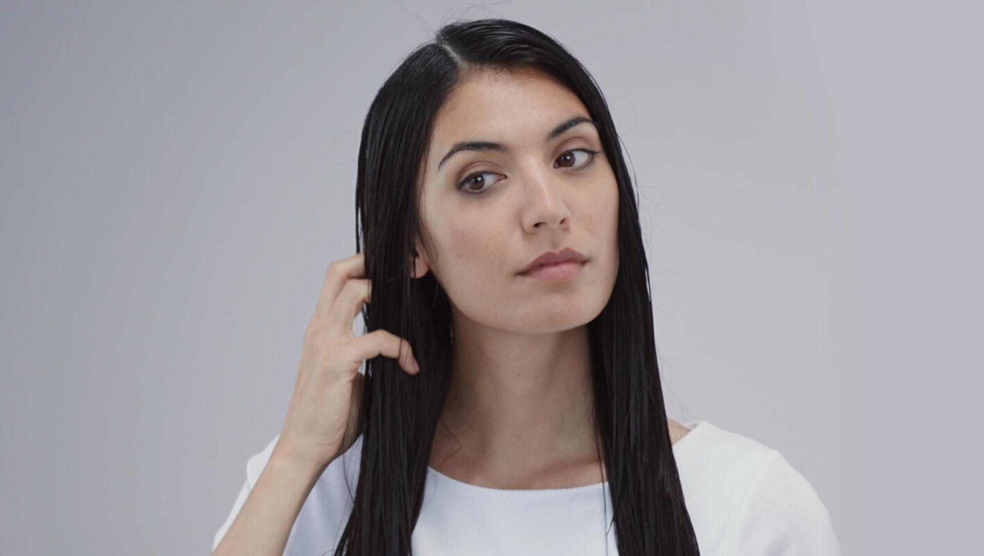 O femeie cu părul ud