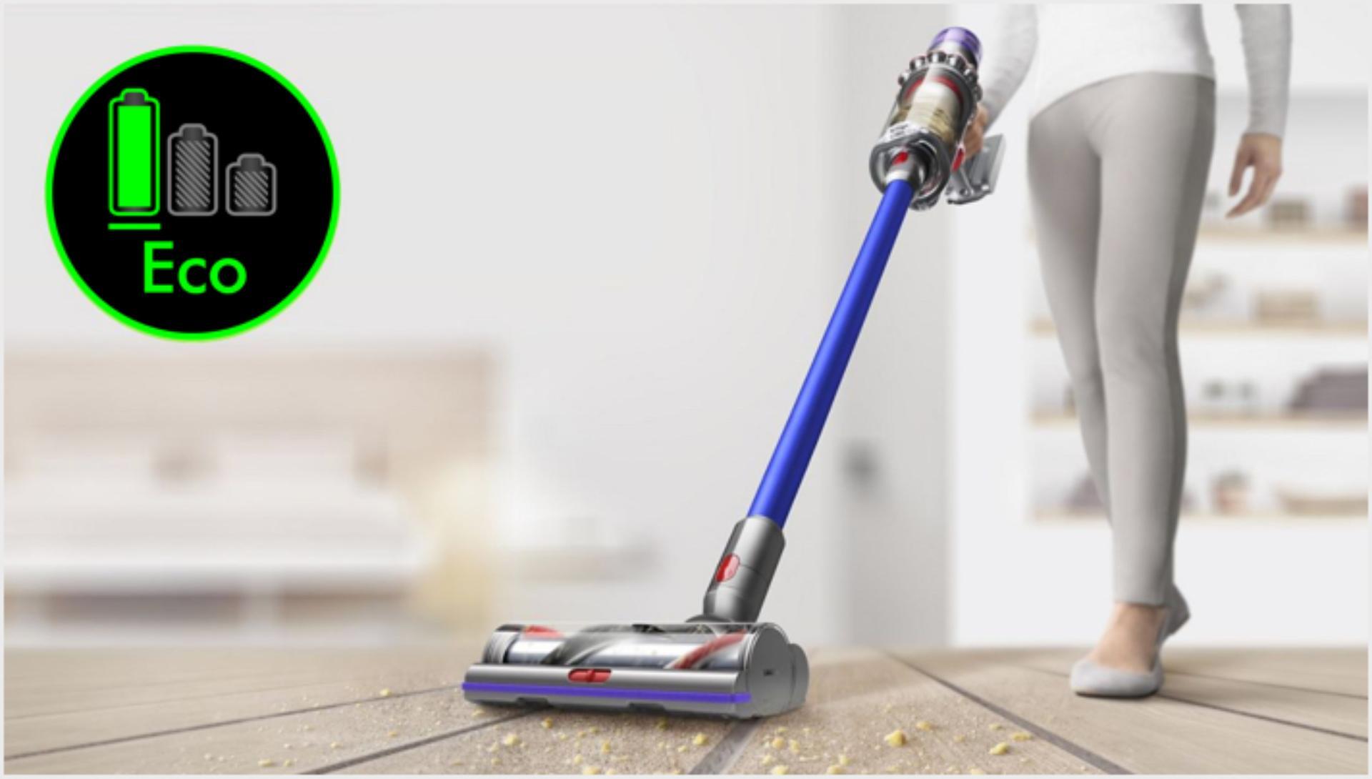 사용 중인 다이슨 V11 무선 청소기