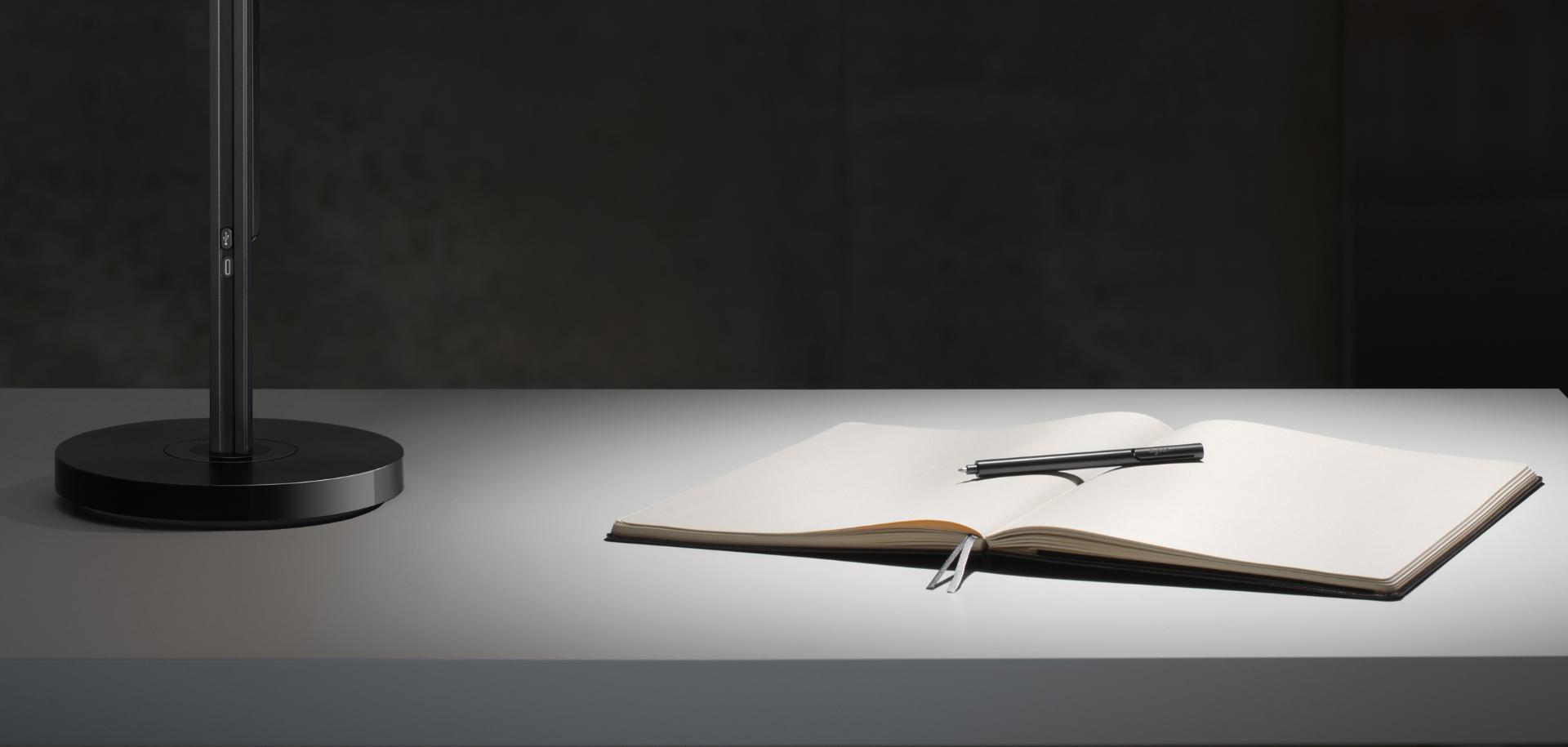Luz de alta intensidad en escritorio