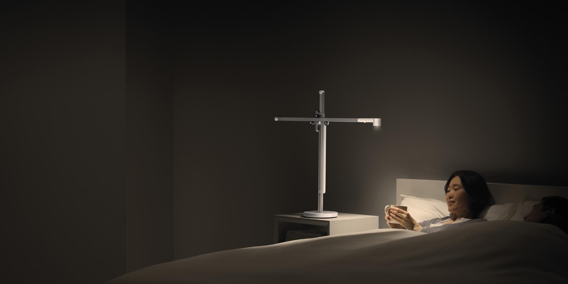 Mujer acostada en la cama con iluminación relajante