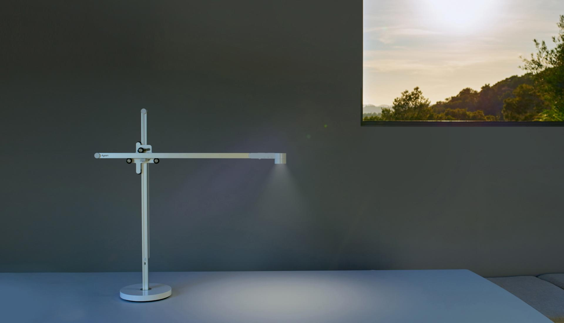 Video de la lámpara de trabajo Dyson Lightcycle ajustándose a la luz solar