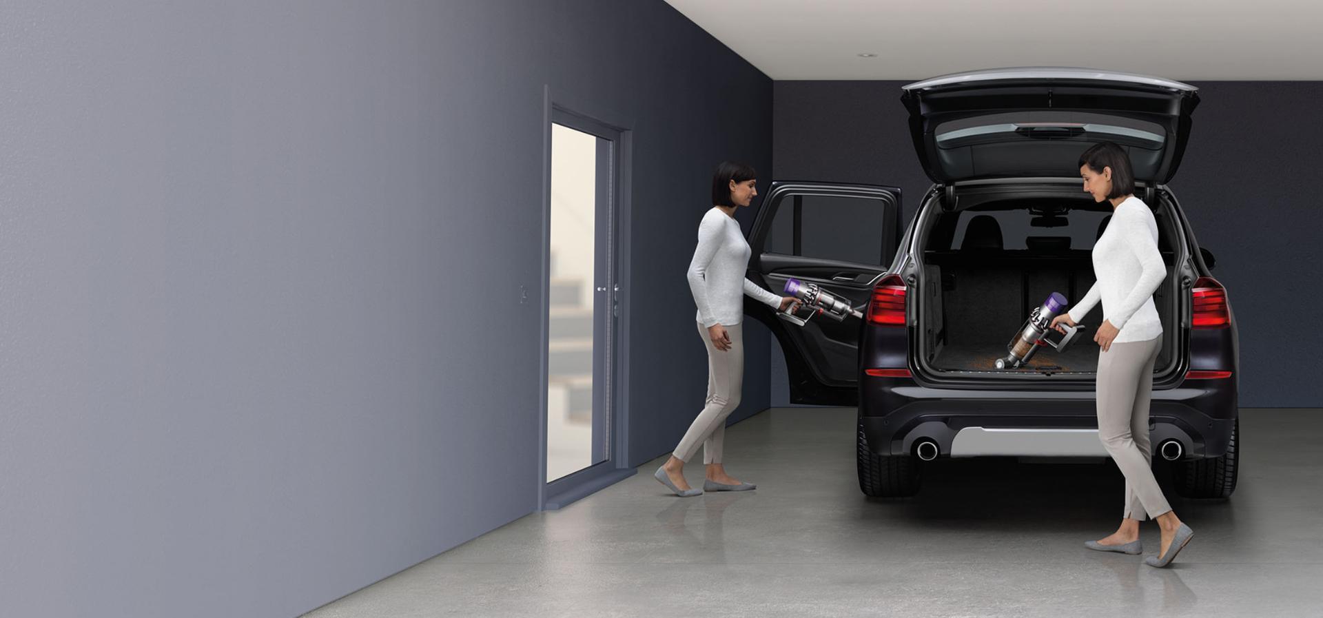El süpürgesi modunda Dyson Cyclone V10™ elektrikli süpürge arabanın içini temizlerken