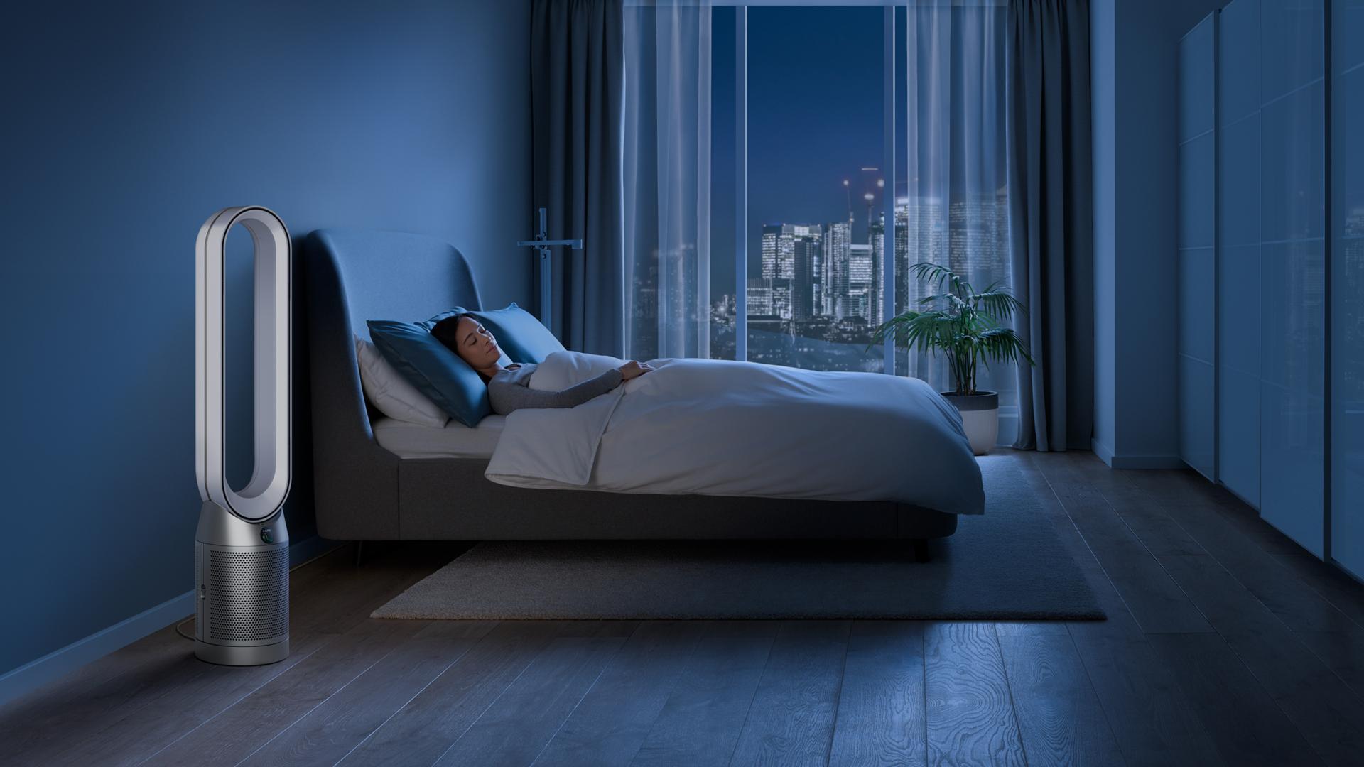 Huzurla uyuyan birinin bulunduğu karanlık bir yatak odasında Dyson hava temizleyici