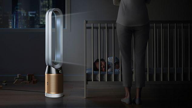 Новорожденный, который крепко спит в кроватке, а очиститель Dyson Pure Cryptomic распространяет очищенный воздух в ночном режиме