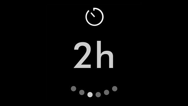 Крупный план ЖК-экрана очистителя Dyson, показывающий 2-часовой таймер ночного режима