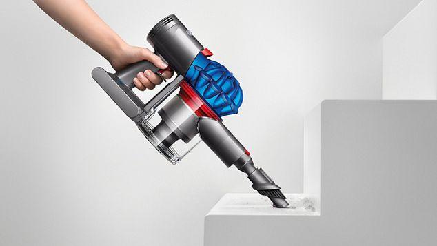 Le DysonV7 utilisé en tant qu'aspirateur à main