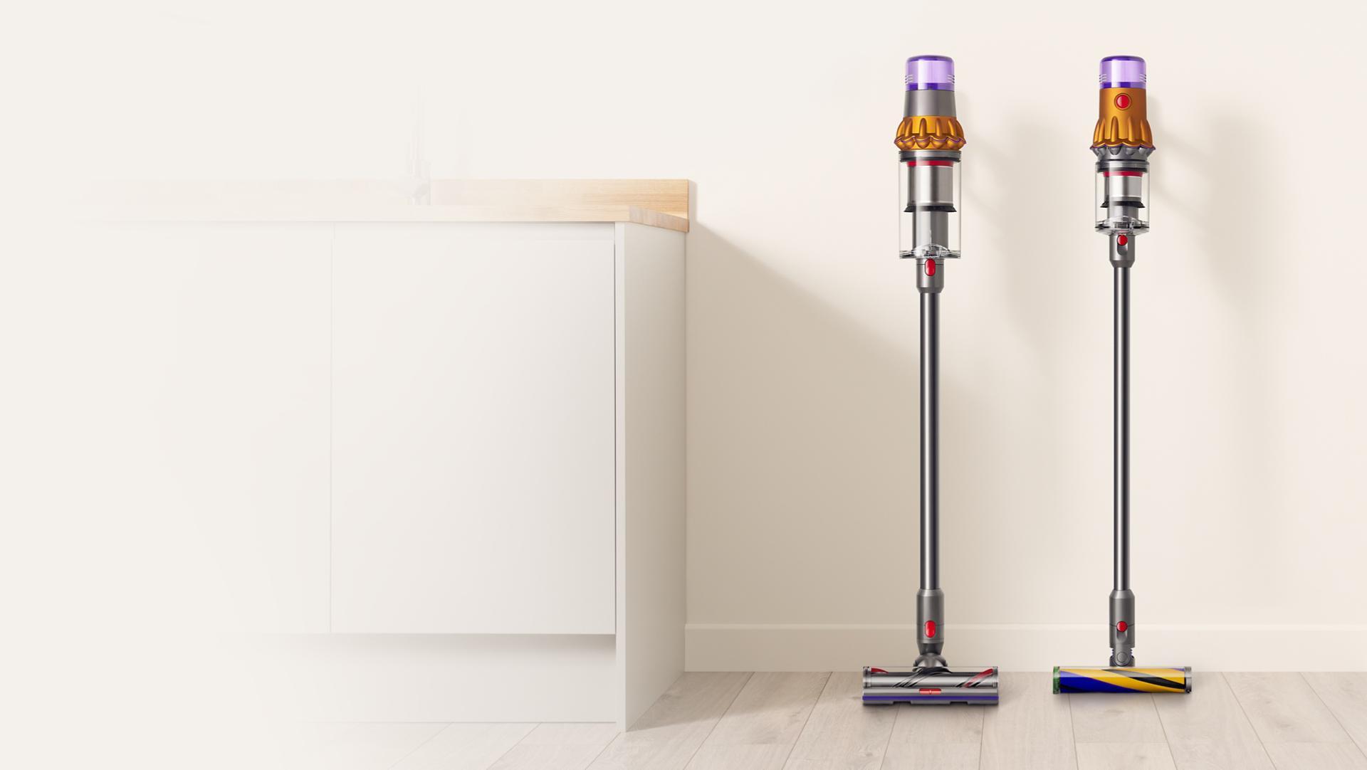 odkurzacz Dyson V15 Detect oraz Dyson V12 Slim stojące przy ścianie