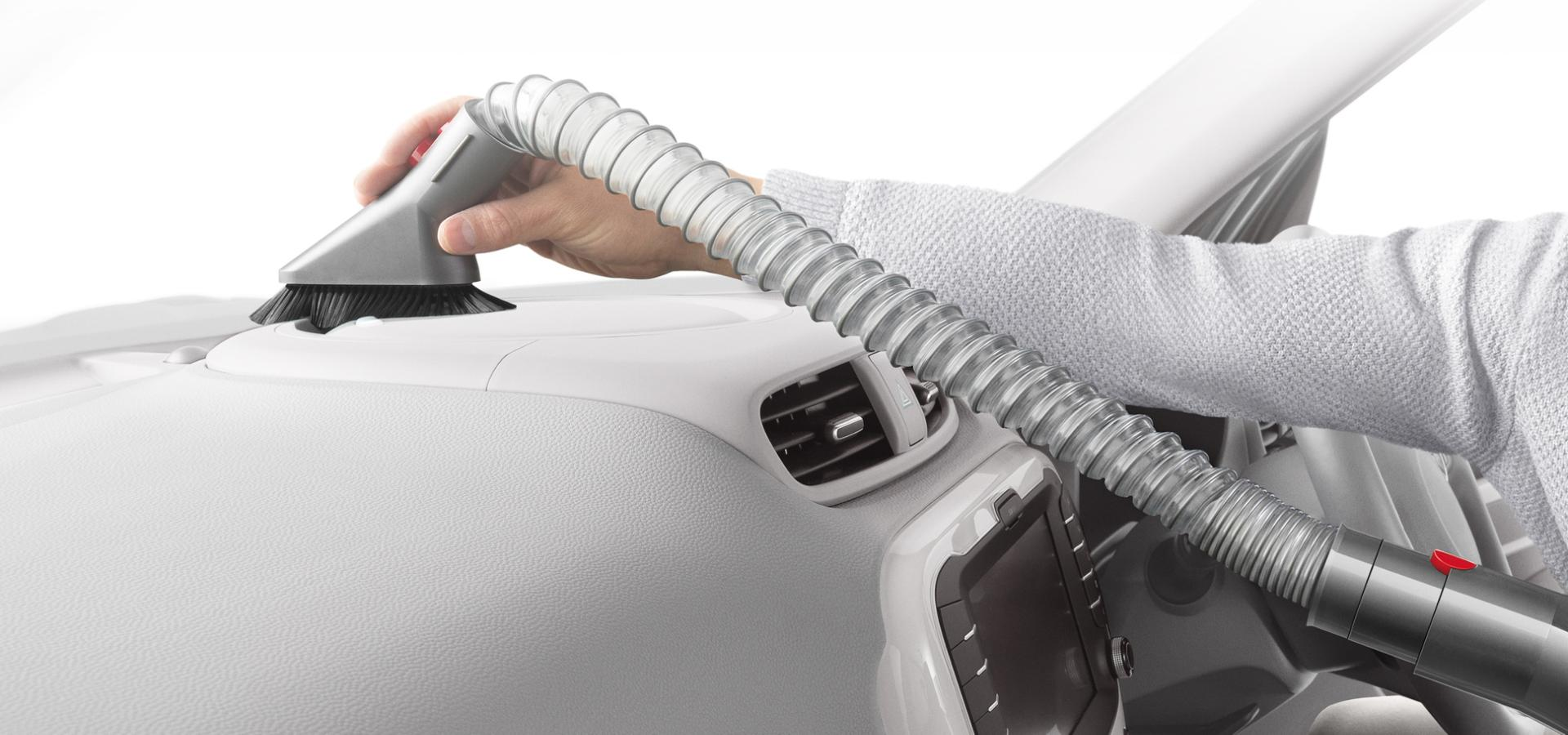 הצינור המאריך גמיש מנקה בתוך הרכב