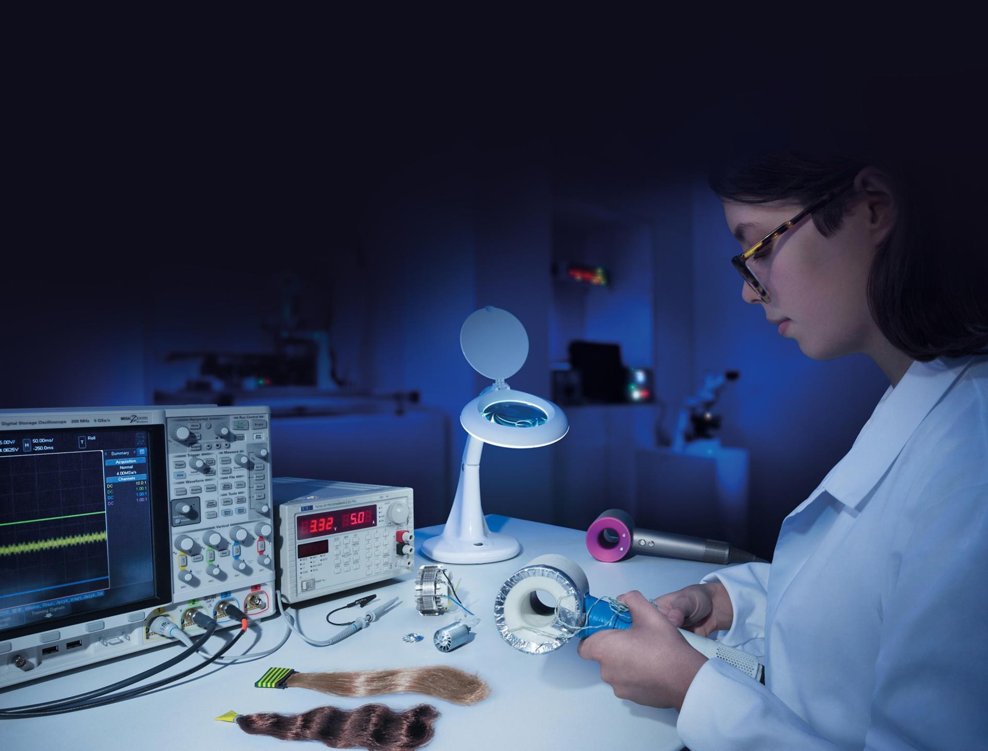 Laboratuvarda bir Dyson mühendisi