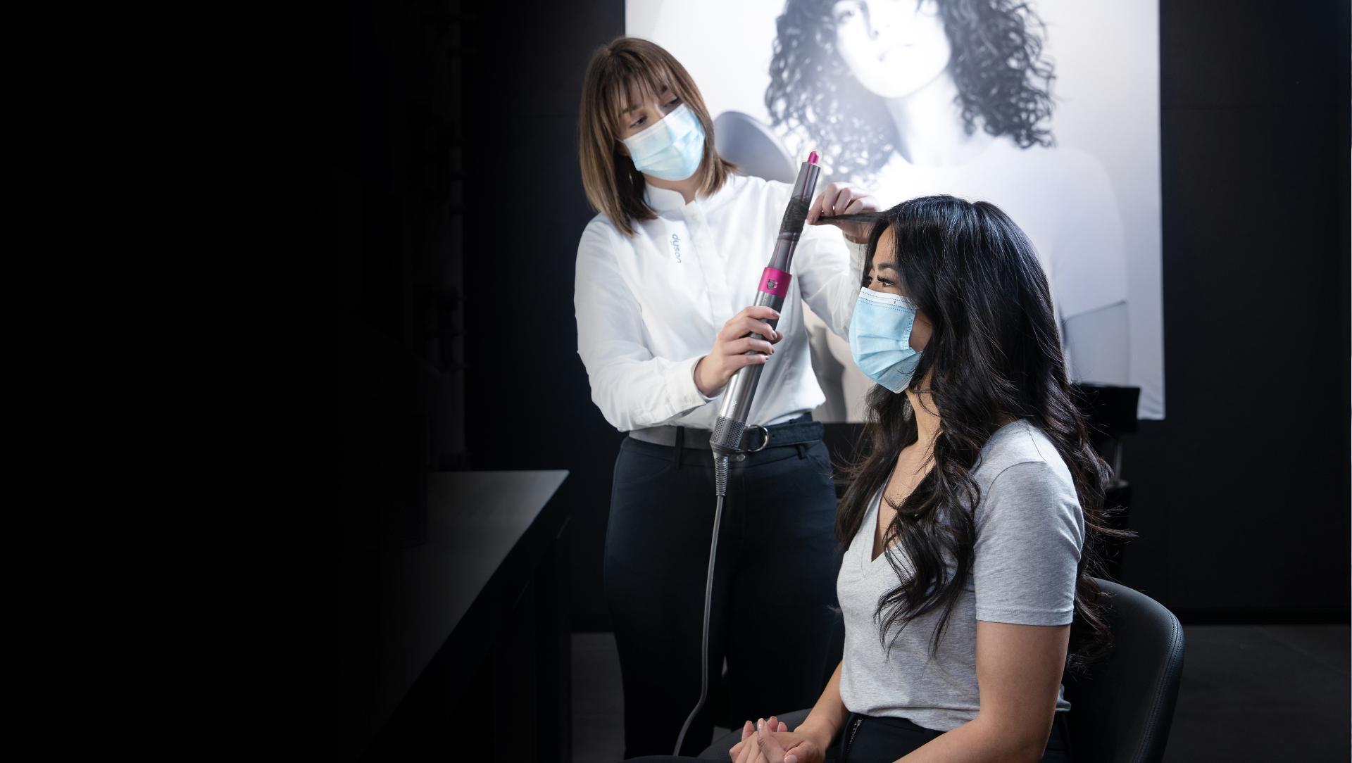 Expert peinado el cabello de una mujer con el estilizador Dyson Airwrap